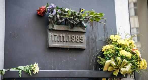 Pamětní deska na Národní třídě, která připomíná události 17. listopadu 1989.