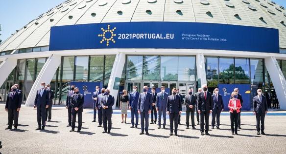 Představitelé zemí Evropské unie na společné fotografii po jednáních v Portugalsku, 8. května 2021.