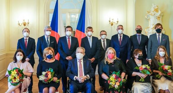 Společné foto členů vlády s prezidentem republiky Milošem Zemanem, 28. června 2021.