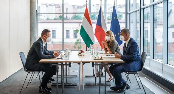 Premiér Andrej Babiš během jednání s maďarským ministrem zahraničí Péterem Szijjártem, 1. července 2021.