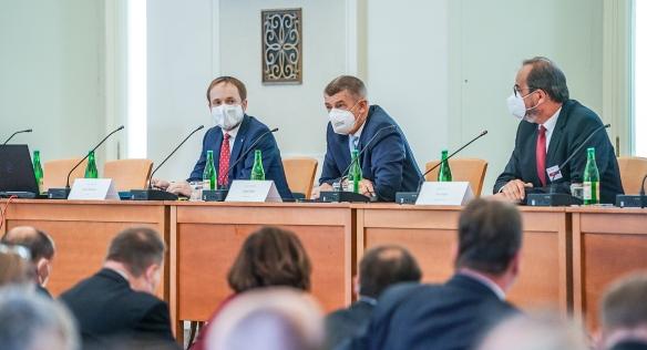 Premiér Andrej Babiš spolu s ministrem zahraničí Jakubem Kulhánkem na poradě s velvyslanci, 23. srpna 2021