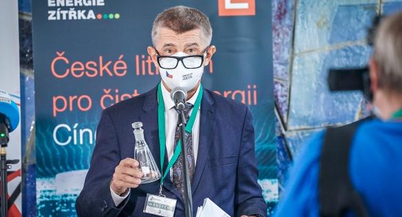 Premiér Andrej Babiš na tiskové konferenci v areálu společnosti Lafarge Cement, 25. srpna 2021.