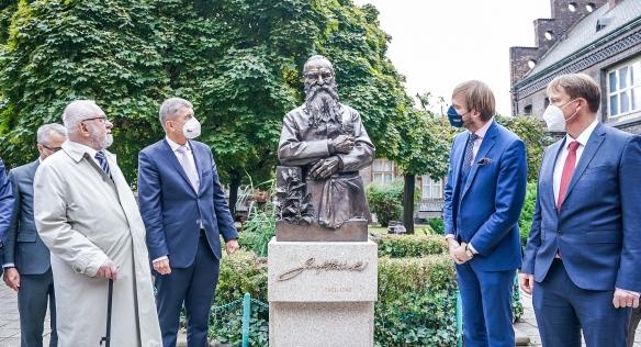 Premiér slavnostně odhalil sochu architekta budovy porodnice U Apolináře, 20. září 2021.
