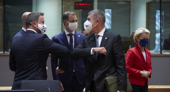 Premiér Andrej Babiš se zdraví s kolegy před začátkem summitu Evropské rady, 2. října 2020.