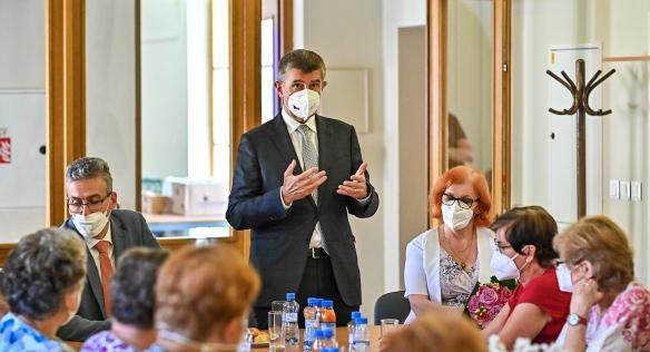 Předseda vlády Andrej Babiš během návštěvy v Centru seniorů v Olomouci, 10. června 2021.