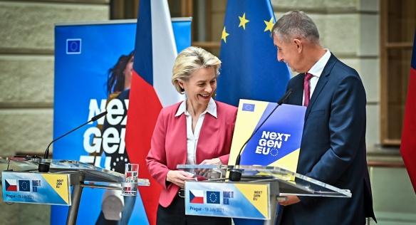 Předsedkyně Evropské komise Ursula von der Leyenová na tiskové konferenci s premiérem Andrejem Babišem, 19. července 2021.
