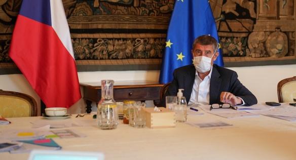 Premiér Andrej Babiš během videokonferenčního jednání vlády, na němž se řešilo další prodloužení nouzového stavu, 24. dubna 2020.