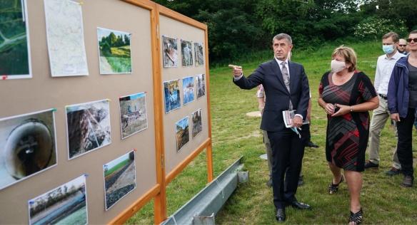 Bohumila Urbánková, starostka obce Onšov, představila premiérovi Babišovi nové projekty na zadržení vody v krajině, 17. června 2020.