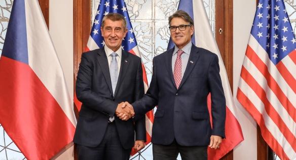 Premiér Andrej Babiš s americkým ministrem energetiky Rickem Perrym, 14. listopadu 2018.